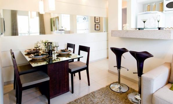 Além de aumentarem visualmente os espaços, espelhos proporcionam glamour a qualquer ambiente da casa