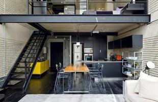A mistura de móveis escuros com objetos de decoração coloridos, quebram um pouco da sobriedade do ambiente
