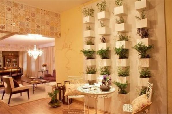 Os jardins verticais são ótimas opções para quem não tem espaço. Eles podem decorar até os apartamentos %u2013 em ambientes como sacadas ou salas amplas, por exemplo