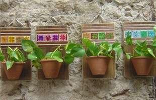 Os jardins verticais não precisam ser necessariamente feito com vasinhos de plantas. Quando o assunto é recipiente, há uma infinidade de opções