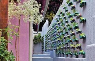 Existem bolsas plásticas, formas pré-moldadas de concreto ou de barro, sem contar com os recipientes feitos de material reciclado, como garrafas PET reutilizadas