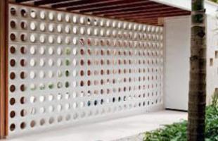 Na parte externa da residência, os cobogós podem ser usados para embelezar a fachada ou substituir paredes comuns no jardim ou na área de lazer