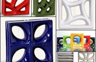 Os cobogós podem ser encontradas em diversos materiais, como cerâmica, resina, acrílico, vidro, gesso, mármore e em variados desenhos - desde formatos geométricos a florais.
