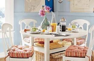 A cozinha não precisa ser inteira colorida, é possivel usar as cores de forma pontual - nas cadeiras, em uma das paredes, em quadros, flores...