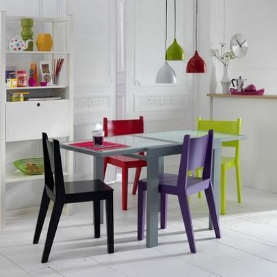 O branco pode ser usado como cor principal, nas paredes e no chão, e as cores ficam por conta das toalhas de mesa, das cadeiras, dos azulejos e dos objetos decorativos.