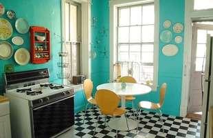 É possível misturar cores e estampas na cozinha, mas as combinações devem ser feitas com cuidado para não poluir demais o local.