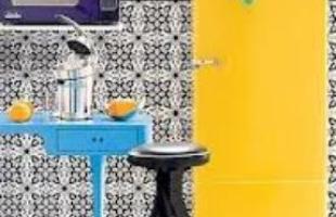 Nos projetos atuais é possível apostar em tudo %u2013 estampas, papéis de parede, azulejos decorados, cortinas coloridas e vários objetos decorativos.