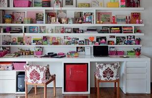 Para manter tudo em seu devido lugar invista em caixas organizadoras, potes de vidro, ganchinhos para pendurar objetos na parede, gavetas e prateleiras