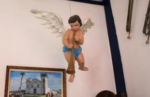 O teto da sala de música, obra da artista residente em Pirenópolis, Miriam Santos, é uma reprodução do teto da igreja Matriz da cidade