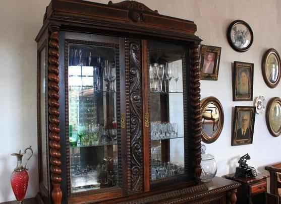 Boa parte dos objetos que decoram a sala pertenceu a avó de Cláudia Sabóia, como a cristaleira e os retratos que recepcionam o visitante
