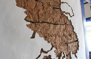 Paredes com adobe a mostra, piso de tabuas de madeira colonial e muitos objetos decorativos fazem parte da composição que imprime a identidade rústica aos espaços
