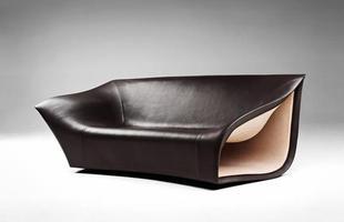 Cadeira inspirada nas ondas do mar segue os moldes de uma prancha de surf. A poltrona explora novas formas através de um núcleo de fibra de carbono, com um invólucro de couro no revestimento externo e uma delicada textura de camurça nas partes internas vazadas.