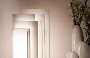 Luminária Bivolt com design inovador e lúdico. Produzida com placas de acrílico que se encaixam, formando um objeto interessante e escultural.