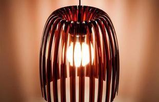 Lustre Josephine M Ambar curvas suaves projetadas para produzir um brilho genuíno e manter o ambiente único.