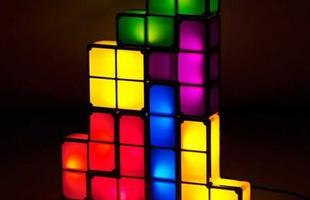 Luminária de Led Tetris feita de diversas peças separadas que vão se acendendo conforme são encaixadas umas nas outras.
