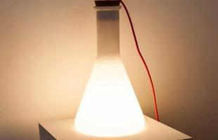 Luminária de Chão Lab-1 em vidro com tampa em cortiça e cabo revestido com tecido colorido.