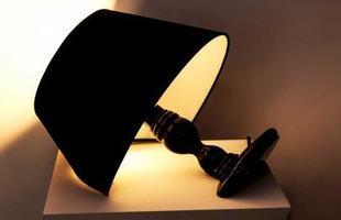 Abajur Quebratto Preto cortado ao meio, com base em madeira laqueada e cúpula em tecido para apoiar em mesa.