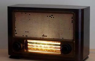 Luminária Rádio Retrô feita de madeira e plástico.