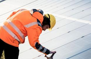 Londres constrói ponte solar que é considerada a maior do mundo já concluída. A ponte foi construída em 1886 e reformada recentemente, recebeu a instalação de 4.400 painéis solares, que tem capacidade para gerar 900 mil kWh por ano.