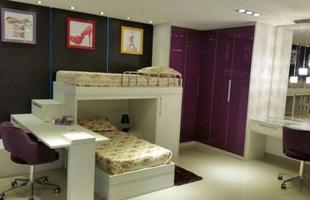 Neste caso, o home office atua também como quarto de visitas. Pode ser usado pelos adultos para o trabalho e também pelas crianças para o estudo. A bancada ampla pode abrigar até duas pessoas.