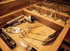 Adegas podem incluir o charme dos vinhos à decoração