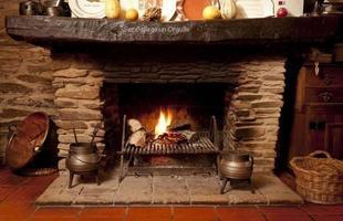 Com as baixas temperaturas da estação, o calor do fogo deixa o ambiente mais aconchegante