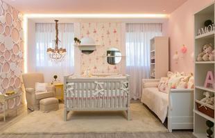 Quarto do bebê menina: a ideia principal do projeto foi colocar o berço do bebê como peça central do ambiente, colocando-o em destaque, onde tudo acontece ao seu redor. As cores utilizadas foram rosa claro e branco, remetendo a um ambiente leve, delicado e agradável.