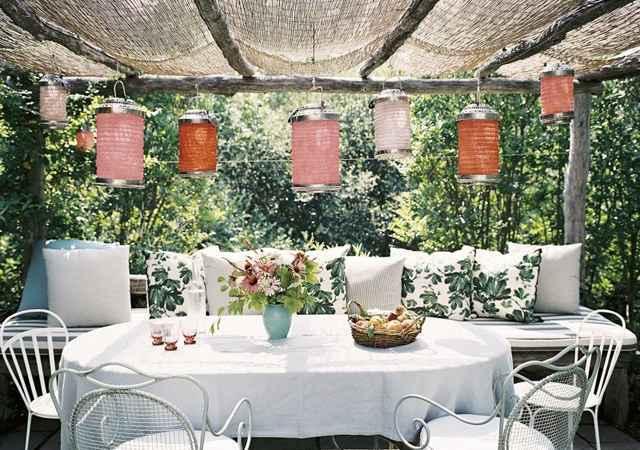 Os elementos coloridos quebram o gelo do branco nesta varanda, que também pode servir de sala de almoço para os dias quentes - Reprodução/Internet