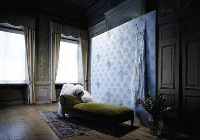 Os papeis de parede possuem um efeito gráfico espelhado, são camadas de cristal que mudam de tom discretamente, conforme o ângulo da luz. - Swarovski/Divulgação