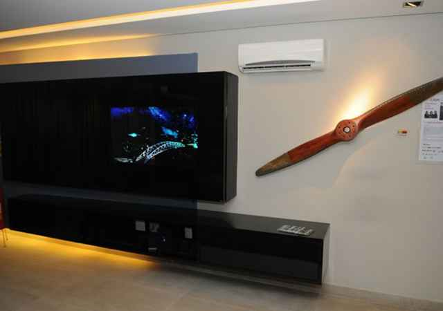 A televisão fica camuflada no vidro preto e só aparece quando ligada - Carlos Moura/CB/D.A Press