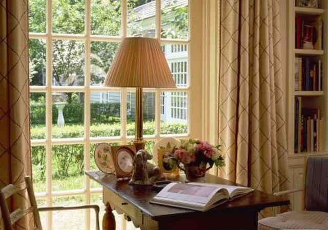Idosos são mais sensíveis ao sol e à claridade, então, para controlá-los invista em persianas e cortinas de boa qualidade - Quarto com vista para jardim. Fonte: Youwall