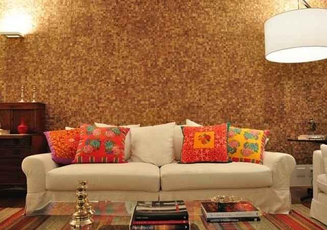A parede texturizada imita pastilhas de madeira e combina com o material do piso e dos móveis - Maurício Nóbrega