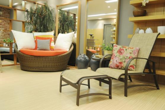 Os espelhos em madeira e o ninho feito de fibras dão o tom de férias, e as almofadas coloridas trazem alegria ao ambiente. Ambiente PrimaLinea Jardim -
