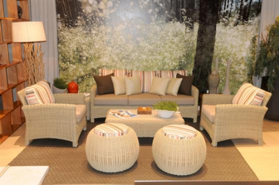 Os móveis em fibras são inspirados no cipó amazônico jasmim d'água. A luminária com pedaços de tronco e as plantas completam o clima de natureza e descontração. Ambiente PrimaLinea Jardim -