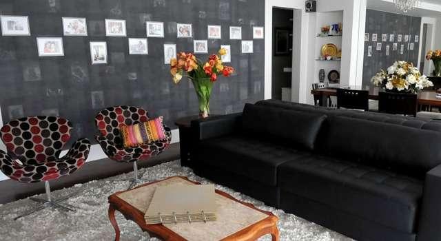 O painel de fotos foi feito diretamente sobre uma das paredes da sala de estar e conferiu elegância ao ambiente de Laila Mackenzie - Marcelo Ferreira/CB/D.A Press
