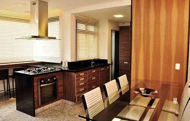 Distribuição correta de móveis é essencial para quem busca o melhor aproveitamento de áreas dentro de casa. Em determinadas ocasiões, peças sob medida são indispensáveis - Eduardo de Almeida/RA Studio