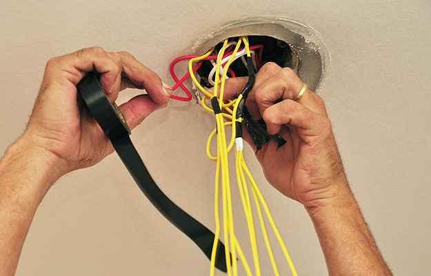 Cursos técnicos para eletricistas amadores são fundamentais para quem pretende fazer pequenos reparos em casa - Eduardo de Almeida/RA Studio