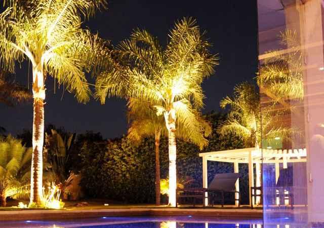 A luz bem distribuída realça elementos importantes, tanto da construção como da área verde - Carlos Vieira/Esp.CB/D.A Press