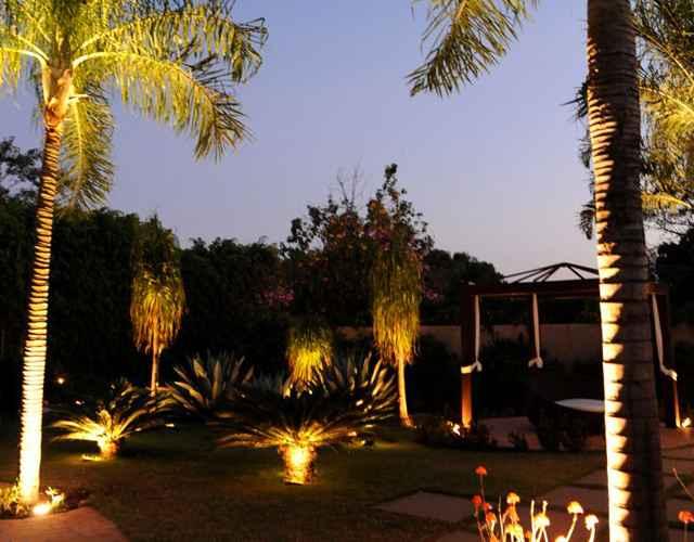 No jardim projetado pelo arquiteto Ebenézer Marques, a iluminação é a peça chave da área externa - Carlos Vieira/Esp.CB/D.A Press / Projeto - Ebenézer Marques
