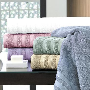 Linha de banho Prima Delicatta da Teka em jogos de cinco peças: acabamento com nanotecnologia permite uma alta absorção de umidade e evaporação -