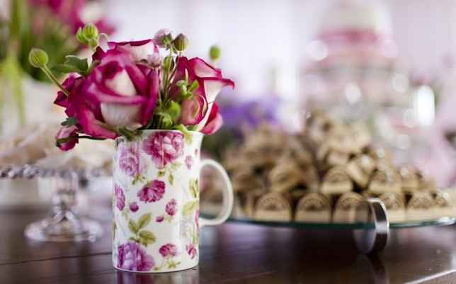 Até em canecas servem de vaso para flores menores   - Fernanda e Sharon Fotografia/Divulgação