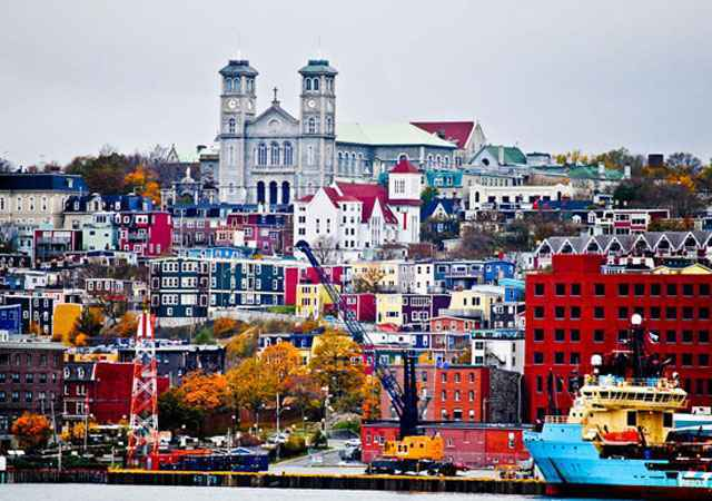 St. Johns, Canadá. O clima gélido do ártico destaca ainda mais essa cidadezinha, que fica no Canadá. Quanto mais perto do canal, mais intensas são as cores dos imóveis de madeira - Flickr deannabeth