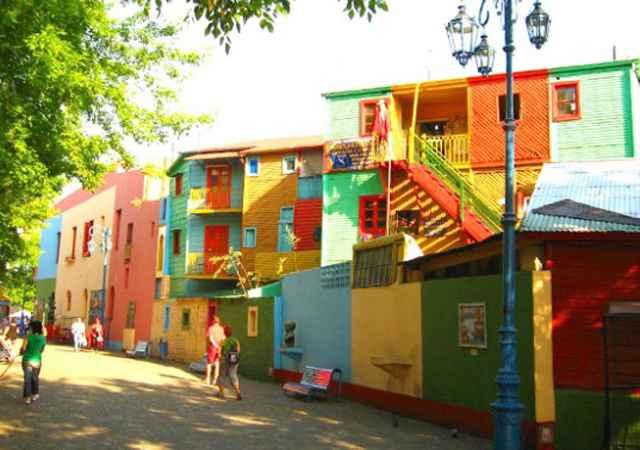 Buenos Aires, Argentina. O bairro La Boca possui duas grandes atrações: o estádio do Boca Juniors (La Bombonera) e o Caminito, rua-museu, que tem características peculiares -  as casas são construídas com tábuas de madeira, placas e telhas de metal e super coloridas - Reprodução/Internet