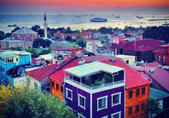 Istambul, Turquia. Essa é a maior cidade da Turquia, a quinta maior do mundo. Em Balat, antigo bairro judeu de Istambul, as ruas são de pedra com edifícios antigos e pintados com cores variadas, criando um panorama diferente a tudo o que se encontra na cidade turca - Reprodução/Internet