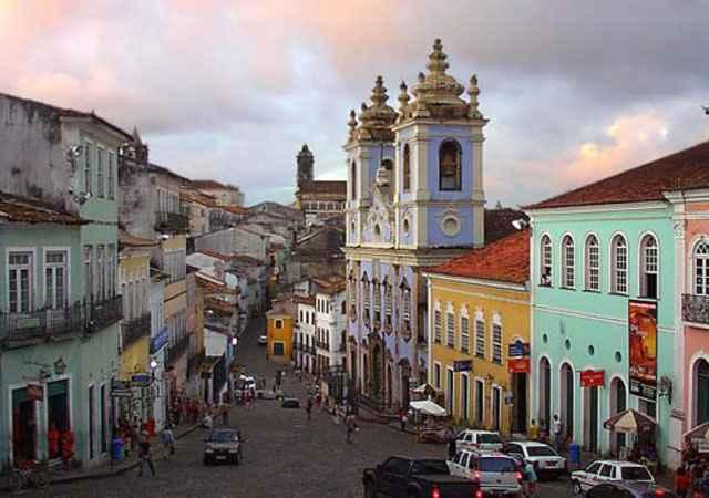 Salvador, Bahia, Brasil. Outra cidade na Bahia, também repleta de cores, é a capital Salvador. O lugar que mais atrai os turistas é o Pelourinho, bairro no Centro Histórico da cidade, que possui um conjunto arquitetônico colonial barroco português construido em 1549 - Reprodução/Internet