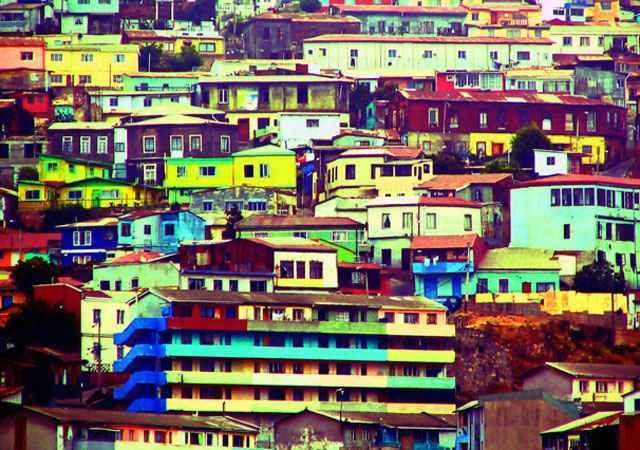 Valparaíso, Chile. O colorido das residências, que vão de uma ponta à outra da cidade portuária, é um dos charmes do local. Cercada por aproximadamente 40 colinas, Valparaíso se caracteriza por ser uma cidade que resvala dos morros em direção ao mar - Flickr whatknot