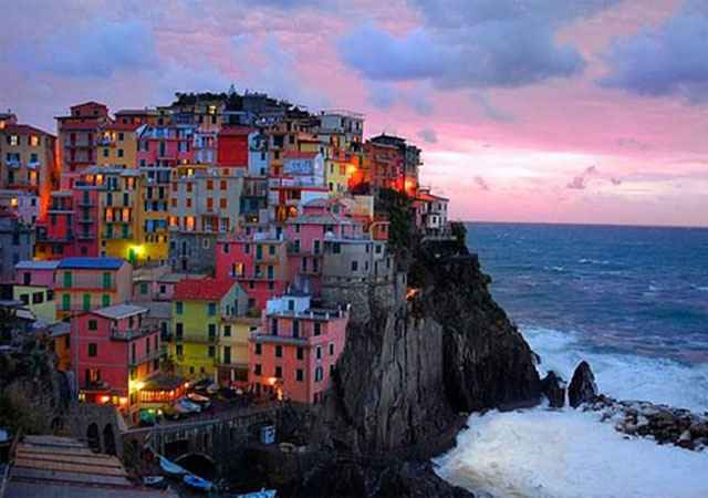 Cinque Terre, Itália. Na costa da Riviera Ligure, Cinque Terre foi declarada Patrimônio da Humanidade pela UNESCO. A ilha, caracterizada pelo relevo montanhoso próximo ao mar e pelas casinhas coloridas, atrai turistas de todo o mundo  - Flickr 13010608@N02 / Robert Crum