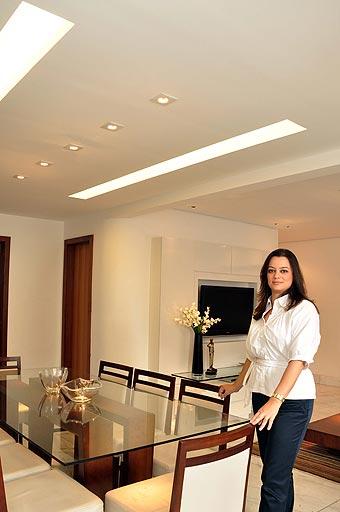 A arquiteta Adriana Morávia diz que o sistema pode ser empregado desde em forros (foto do alto) e paredes até em mobiliários - Eduardo de Almeida/RA Studio