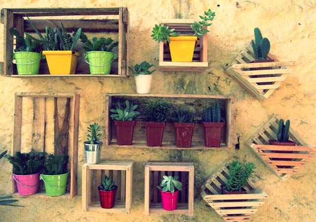 Nos jardins os caixotes podem ser usados da cor natural da madeira. A decoração rústica combina bastante com as áreas externas da casa -