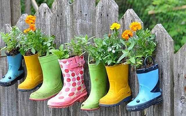 Leve as galochas para o jardim e use elas como vasos para as flores. Basta fazer uns furinhos na sola e plantar - Reprodução/Internet